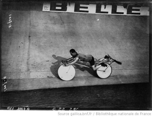 Agence Meurisse, Buffalo, fête des Caf'Conc' Abbins sur son vélo à hélice en vitesse, 1922, Gallica/BnF