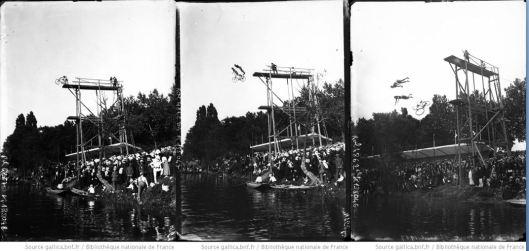 Agence Rol, les préparatifs avant le saut de la mort [en tandem plongeant dans la Seine], 1909, Gallica/BNF