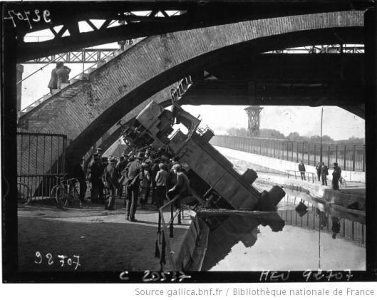 Agence Meurisse,Pont de Flandres, une locomotive est tombée dans le canal de l'Ourcq,  1921