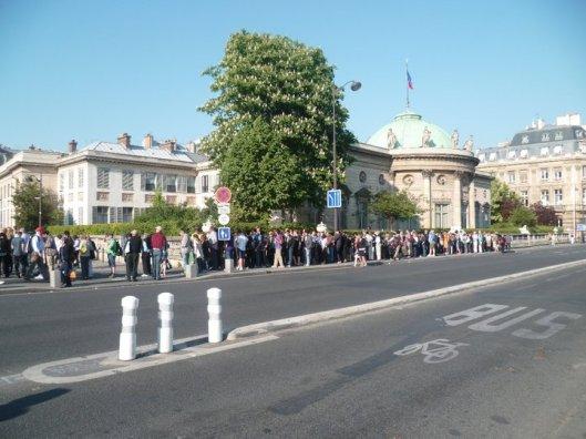 Esplanade d'Orsay trente minutes avant l'ouverture du musée - été 2011