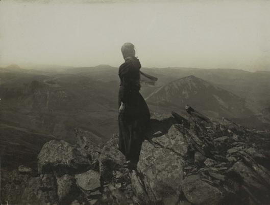 Félix Thiollier, Figure contemplant monts du Mézenc, Collection Julien-Laferrière