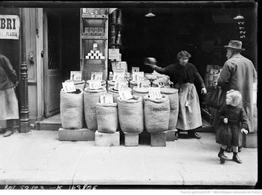 Agence Rol, La vie chère à Paris [devant une épicerie], 1918, Gallica/BnF