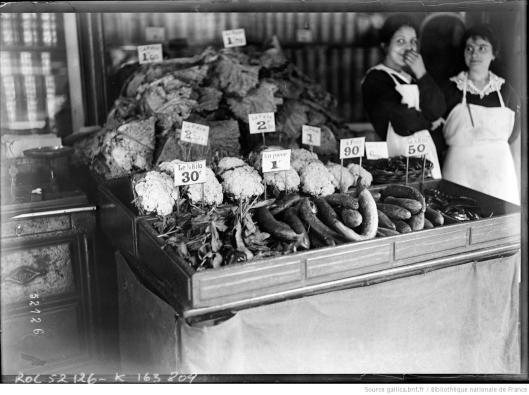 Agence Rol, La vie chère à Paris [l'étal d'une poissonnerie], 1918, Gallica/BnF