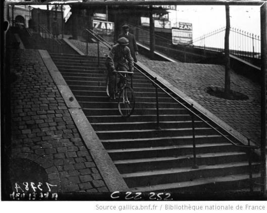Agence Meurisse, Le cycliste Pierre Labrie, descendant les escaliers du square Saint-Pierre à bicyclette, 1922, Gallica/BnF