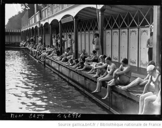 Agence Mondial, Vue générale d'un bain sur la Seine, pendant les fortes chaleurs, 1932, photographie, Gallica/BnF
