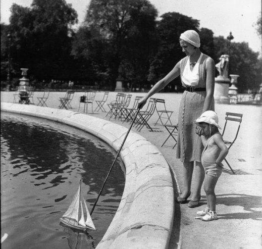 Agence Mondial,  Aux Tuileries : la première leçon de yachting de Bébé, 1932, photographie, Gallica/BnF