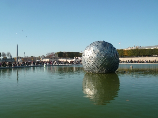 Antoine Dorotte, Una misteriosa bola, FIAC hors-les-murs, Jardin des Tuileries, 2011