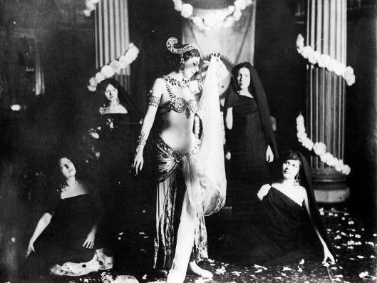 Anonyme, Mata Hari exécutant une danse brahmanique au musée Guimet, 1905
