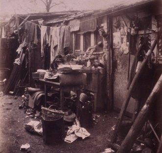 Atget, intérieur d'un chiffonnier, porte d'ivry, 1912, Gallica