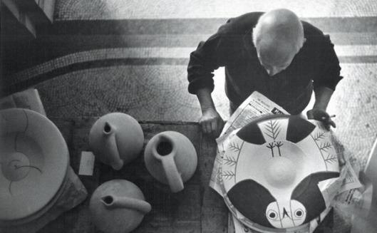 Picasso peignant le grand plat chouette, Cannes, 1957, succession Picasso