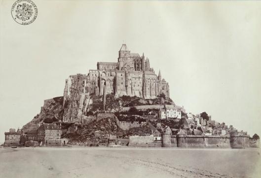 Durandelle, Vue générale du Mont Saint-Michel prise depuis la baie, face sud, [entre 1873 et 1878]. Papier albuminé © Suzanne Nagy