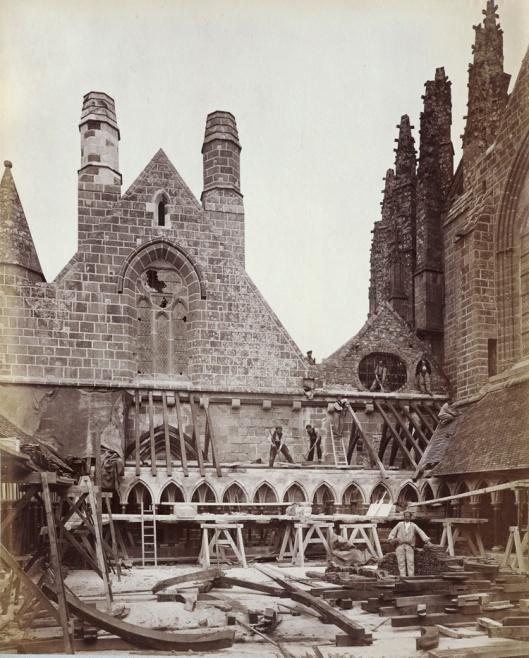 Durandelle, Chantier de restauration du cloître, Album « Vues du Mont Saint-Michel », [entre 1879 et 1880], papier albuminé, Bibliothèques des Arts Décoratifs, © Suzanne Nagy