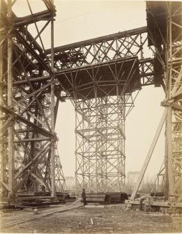 Durandelle, 14 janvier 1888, L'échafaudage des 4 piles permettant la construction de la première plateforme , photographie, fonds Eiffel, musée d'Orsay/RMN