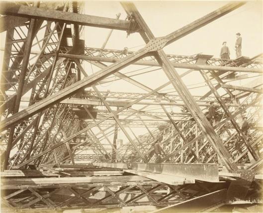 Durandelle, 14 janvier 1888, Ouvriers au travail sur les poutres métalliques , photographie, fonds Eiffel, musée d'Orsay/RMN