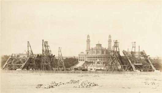 Durandelle, 30 août 1887, les 4 piles de la Tour devant le Palais du Trocadéro , photographie, fonds Eiffel, musée d'Orsay/RMN