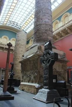 Cast Courts, Victoria and Albert Museum. Au premier plan, une croix irlandaise du 11e sicèle