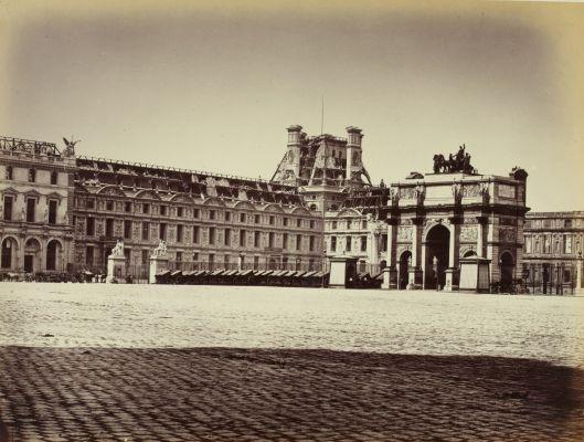 Carrousel du Louvre : vue sur l'arc de triomphe et l'aile de Flore, photographie d'Alphonse Libert, Les ruines de Paris et de ses environs, 1870-1871, BNF/Gallica