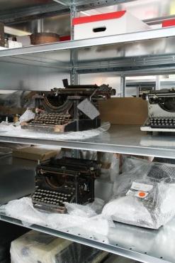 Machines à écrire, réserves du musée national de l'Éducation, Rouen